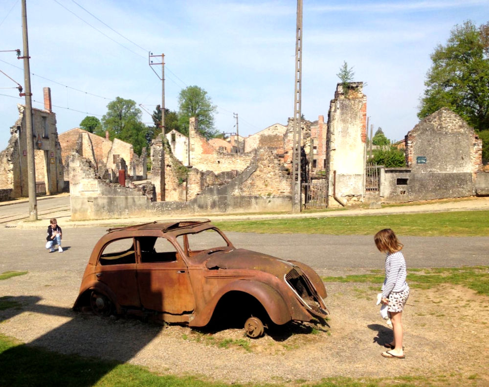 Oradour-sur-Glane - doctor's car + child